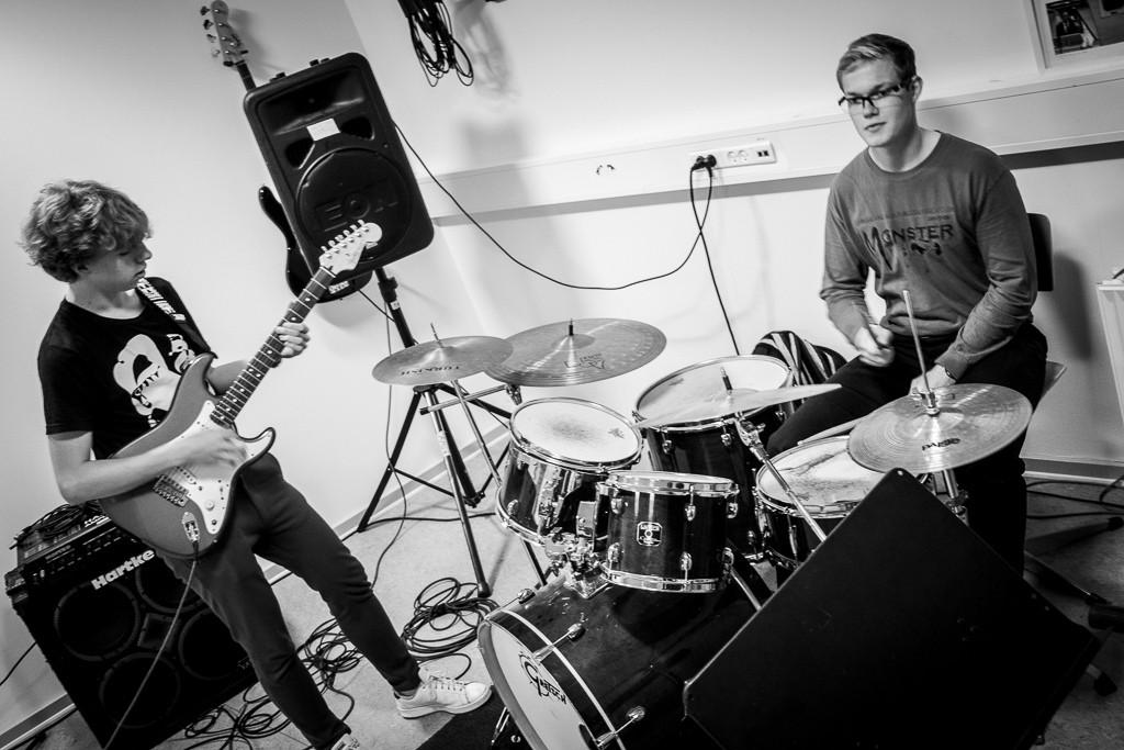 Lui og Patrick spiller musik